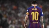 Lionel Messi tertunduk lesu. Di musim pertama Messi menjadi kapten Barcelona, Azulgrana hanya mampu merebut satu gelar, yakni Liga Spanyol. (JOSE JORDAN / AFP)