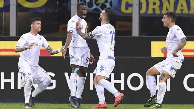 Gol penyeimbang Empoli yang dicetak Hamed Junior Traore (tengah) di menit ke-76 memberikan ancamankepada Inter untuk lolos ke Liga Champions. Di waktu yang sama, di pertandingan lain AC Milan dan AS Roma sebagai pesaing Inter sudah unggul atas lawan-lawannya. (REUTERS/Alberto Lingria)