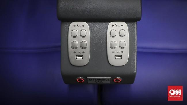 Kursi penumpang dilengkapi dengan televisi berheadswat dan USB port untuk mengisi baterai ponsel. (CNN Indonesia/ Hesti rika)