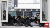 Polisi Brimob beristirahat di halte transjakarta bundaran HI, Jakarta, Senin, 27 Mei 2019. Halte transjakarta ini masih ditutup untuk umum sampai beberapa hari ke depan, salah satunya karena pemblokadean jalan MH Thamrin yang berada di depan gedugn Bawaslu RI. (CNNIndonesia/Safir Makki)