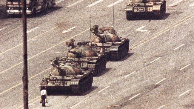 Kisah di Balik Foto Ikonis Sang Penantang Tank Tiananmen