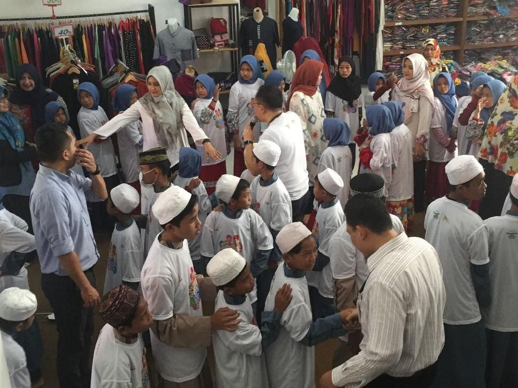 Bank Mandiri Syariah Ajak Anak Yatim Belanja Lebaran
