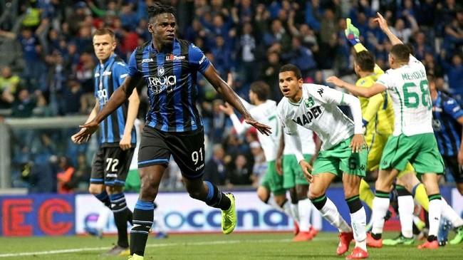 PenyerangDuvan Zapata membuat kans bagi Atalanta untuk lolos ke Liga Champions tetap terbuka usai mencetak gol penyeimbang ke gawang Sassuolo (1-1) di Stadion Mapei di menit ke-35. (Paolo Magni/ANSA via AP)
