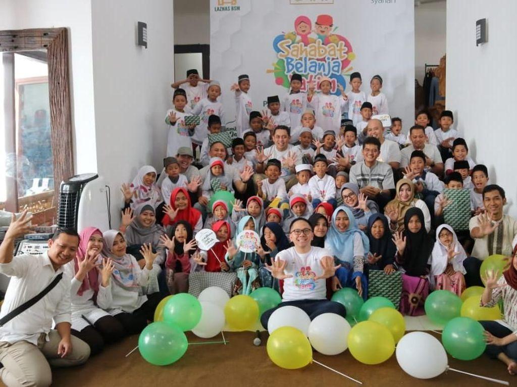 "Bank Syariah Mandiri Region V/Jawa 2 Surabaya bekerjasama dengan LAZNAS BSM melaksanakan program ""Sahabat Belanja Yatim"" dengan mengajak 100 anak Yatimber belanja baju lebaran untuk menyambut Idul Fitri 1440 H. dilaksanakan serentak di Kantor Pusat Mandiri Syariah Jakarta dantujuh Region Office Mandiri Syariah di seluruh Indonesia dengan total 1000 anak yatim . Istimewa"