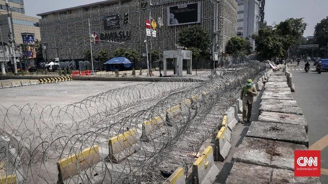 Kawat duri dan beton masih dipasang di sekitar Bawaslu, Jakarta, Senin, 27 Mei 2019. Jalanan MH Thamrin di depan Gedung itu pun ditutup bagi pengguna lalu lintas umum. (CNNIndonesia/Safir Makki)