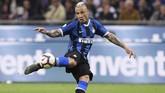 Inter patut berterima kasih kepada Radja Nainggolan yang membobol gawang Empoli di menit ke-81 memanfaatkan bola rebound Matias Vecino. Gol Nainggolan tersebut membawa Inter kembali ke peringkat keempat klasemen. (REUTERS/Alberto Lingria)
