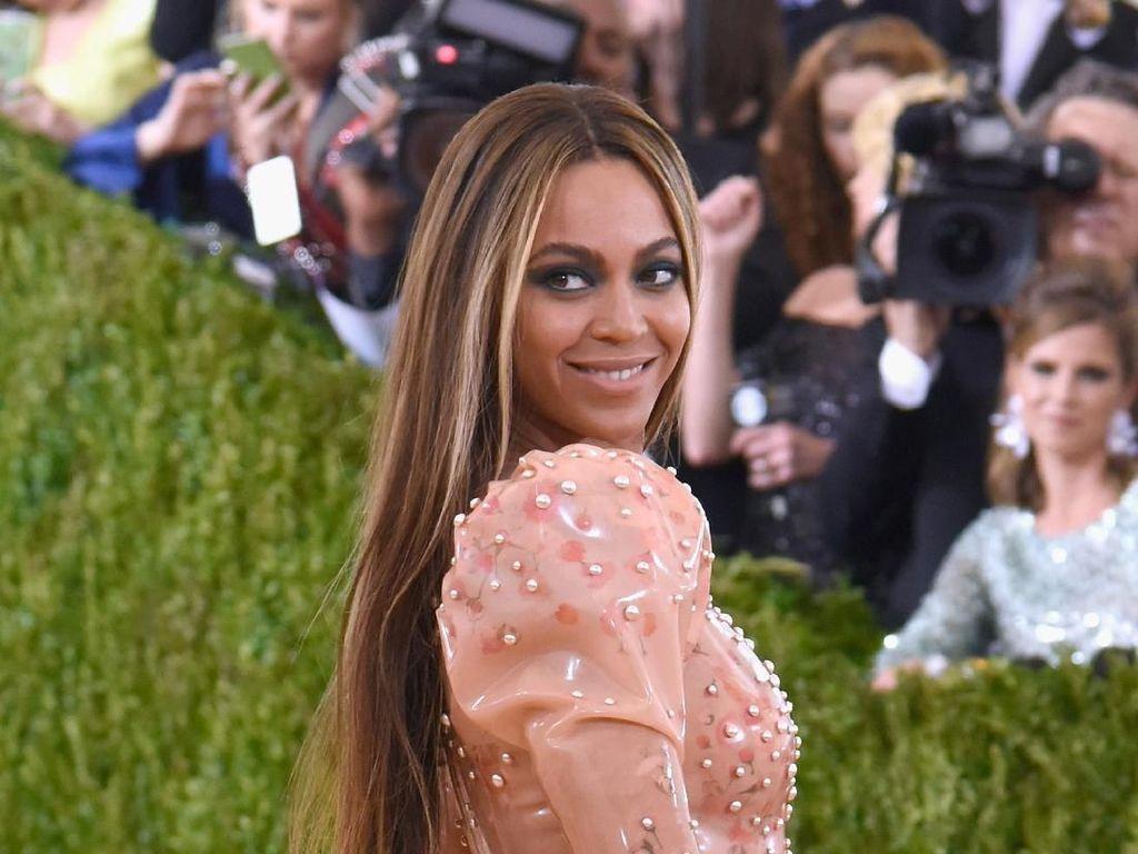 Peach Pose, Gaya Andalan Kylie Jenner hingga J.Lo Agar Terkesan Lebih Curvy