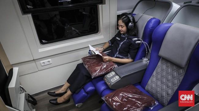 Kursi penumpang dilengkapi dengan train attendance button dan lampu baca. (CNN Indonesia/ Hesti Rika)