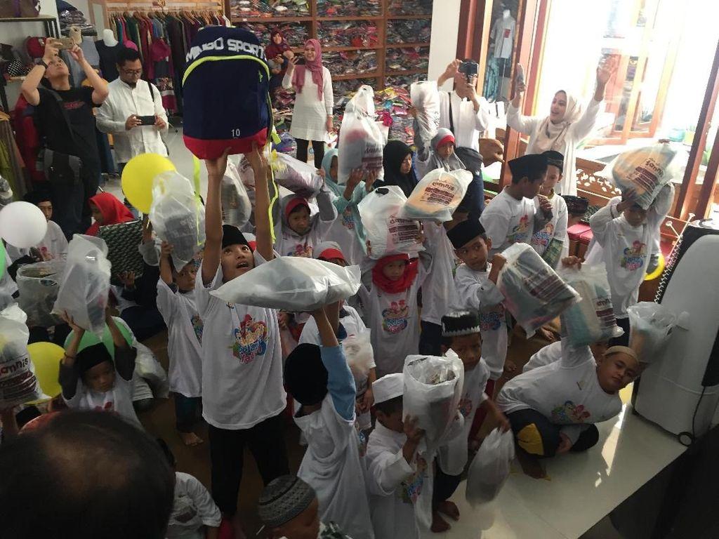 """Bank Syariah Mandiri Region V/Jawa 2 Surabaya bekerjasama dengan LAZNAS BSM melaksanakan program """"Sahabat Belanja Yatim"""" dengan mengajak 100 anak Yatimber belanja baju lebaran untuk menyambut Idul Fitri 1440 H, Minggu (26/5/2019). Istimewa"""
