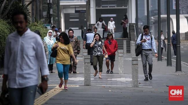 Warga yang beraktifitas di kawasan MH Thamrin mulai ramai, Stasiun MRT Bundaran HI sudah dibuka. (CNNIndonesia/Safir Makki)
