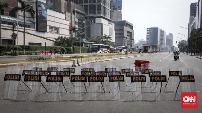 Tameng polisi dipasang untuk membatasi kendaraan yang melintas di kawasan MH Thamrin, Jakarta, Senin, 27 Mei 2019. Kawasan MH Thamrin berangsur kondusif setelah kerusuhan 21-23 Mei malam. Meski begitu, keamanan masih siaga berjaga. (CNNIndonesia/Safir Makki)