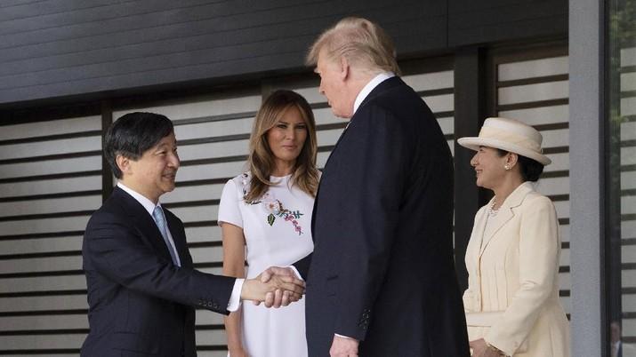 Presiden Trump disambut oleh Naruhito, Kaisar Jepang, dan istrinya di Tokyo hari Senin (27/05) dalam upacara penyambutan resmi.