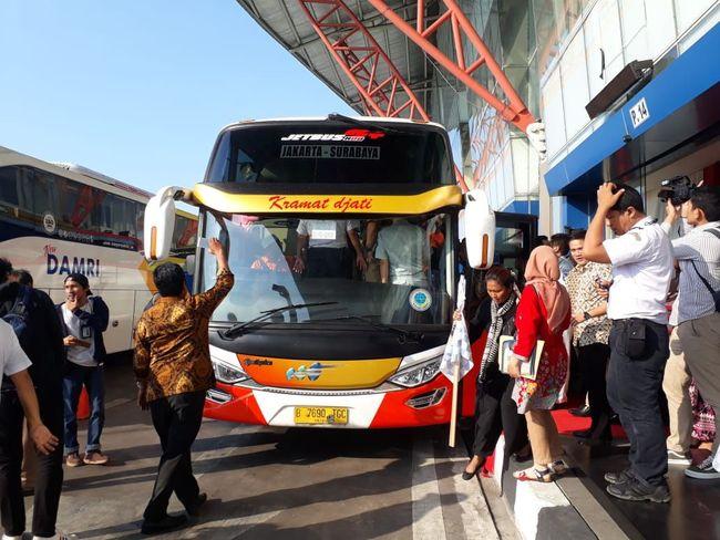 Bus Full Service Via Tol Trans Jawa Jkt Sby Mengaspal