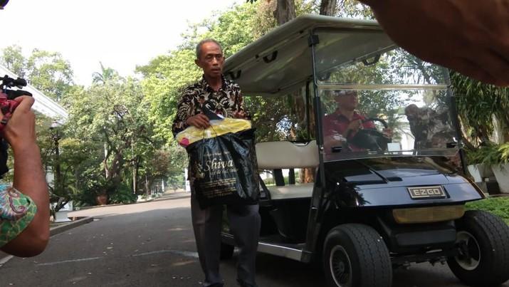 Warungnya Dijarah Massa, Bapak Tua Ini Diundang ke Istana