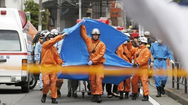 Polisi juga menemukan dua pisau yang dibuang dekat lokasi kejadian. (Kyodo/via REUTERS).