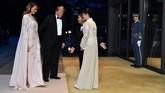 Ketika bergabung dengan pemerintahan Jepang untuk makan malam, Melania memilih untuk memakai gaun panjang loose bak kaftan bercape dari J. Mendel. (Kazuhiro Nogi/Pool via REUTERS)