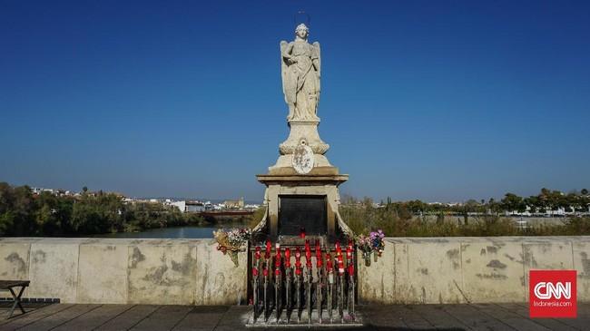 Salah satu sudut Roman Bridge yang terdapat patung Santo Rafael. Tak sedikit wisatawan yang berhenti untuk menyalakan lilin dan meletakan setangkai bunga.