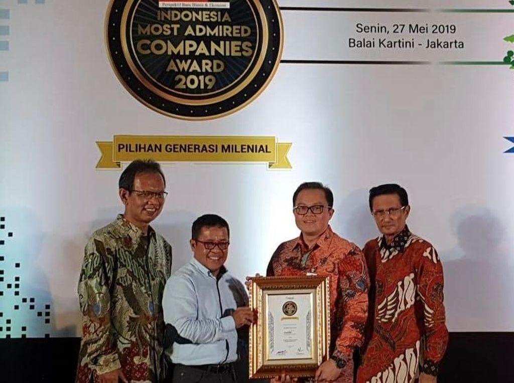 PT Mandiri Tunas Finance (MTF) meraih penghargaan Indonesia most Admired Company untuk kategori Multifinance Industry dari Warta Ekonomi. Foto: dok. MTF