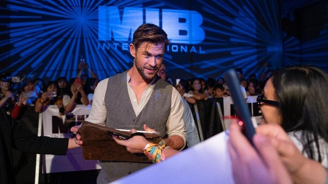 Untuk promosi 'Men In Black: International' yang akan rilis pada 14 Juni nanti, Chris Hemsworth mengajak fan untuk berlomba berdonasi untuk Australian Childhood Foundation. (Anthony Kwan/Getty Images for Sony Pictures Entertainment /AFP)
