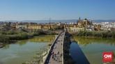 Pemandangan ini berasal dari atas Torre de Calahorra. Dari atas bekas menara penjaga ini wisatawan dapat melihat pemandangan Roman Bridge dan Mezquita de Catedral Cordoba.