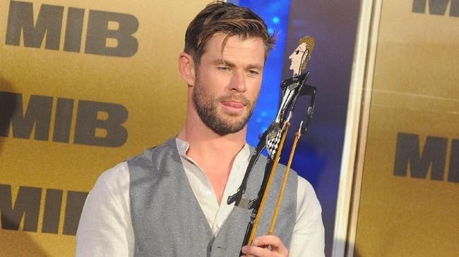 Dalam acara yang sama di Nusa Dua, Senin (27/5) malam, Chris Hemsworth diberikan wayang yang menggambarkan karakternya di Marvel Cinematic Universe, Thor, oleh seorang penggemar. (ANTARA FOTO/Fikri Yusuf/pd)