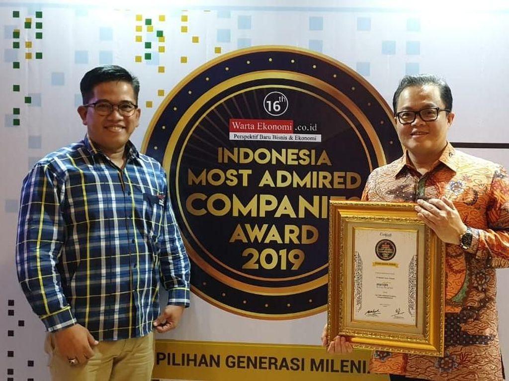 Penghargaan itu diserahkan langsung oleh Founder Warta Ekonomi Fadel Muhammad dan diterima langsung oleh Direktur MTF, Harjanto di Jakarta, Senin (27/5). Foto: dok. MTF