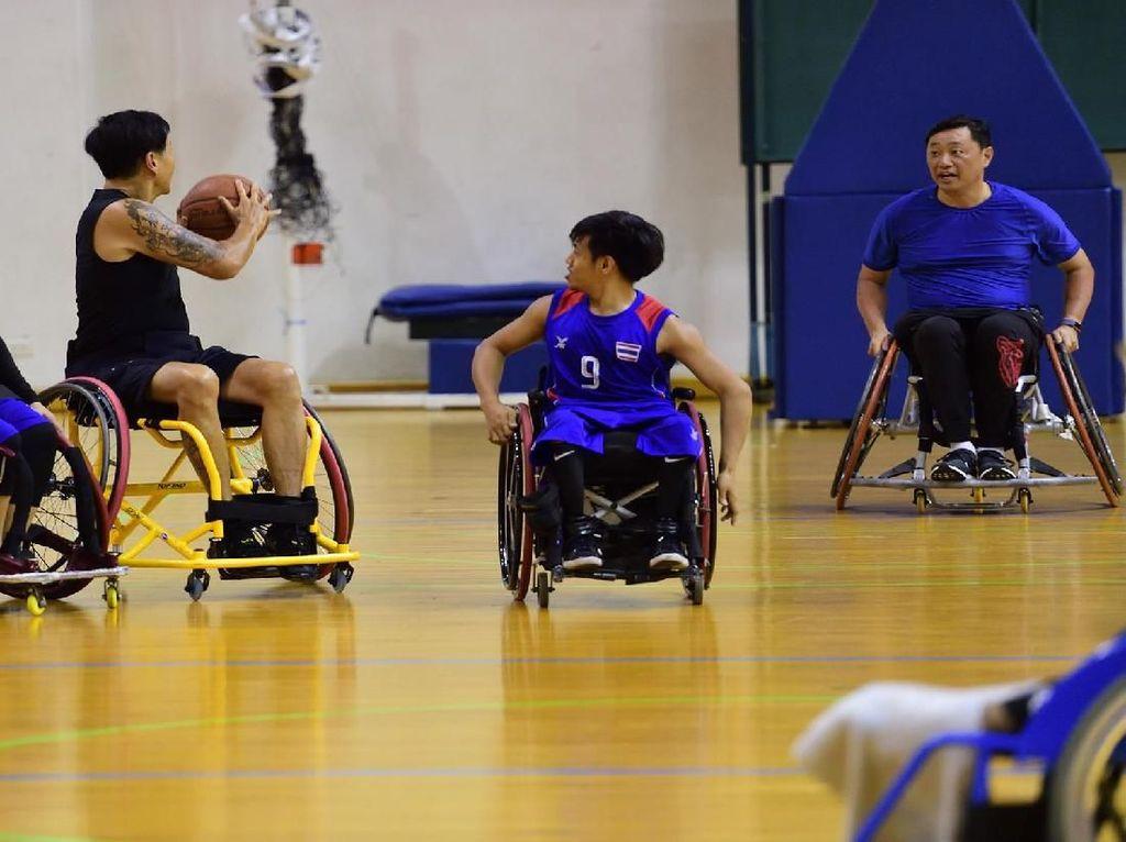 President Paralympic Committee of Thailand Nick Bhirombhakdi turut memimpin latihan. Istimewa/Maria Monique Last Wish Foundation.