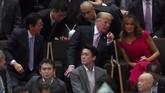 Bersama dengan PM Jepang dan istrinya, Melania, Donald Trump menikmati makan malam di sebuah restoran di distrik Roppongi di Tokyo. Setelahnya mereka menonton pertandingan sumo. (REUTERS/Jonathan Ernst)