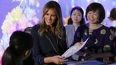 Melania didampingi Akie Abe yang menggunakan dress berwarna senada dengan Melania dan bermotif lingkaran emas. (REUTERS/Athit Perawongmetha)