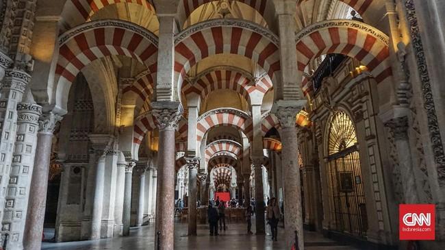 Le Mezquita de Catedral Cordoba menjadi bangunan bersejarah di Cordoba. Gereja ini tadinya merupakan masjid agung sekaligus pusat peradaban Islam.