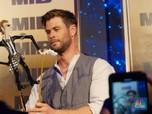 Girangnya Chris Hemsworth Dapat Wayang Kulit dari Indonesia