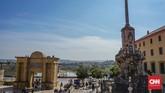 Tak jauh dari Mezquita, terdapat Jembatan Roman atau Roman Bridge yang akan membawa wisatawan ke sisi lain kota Cordoba sembari melihat Sungai Guadalquivir.