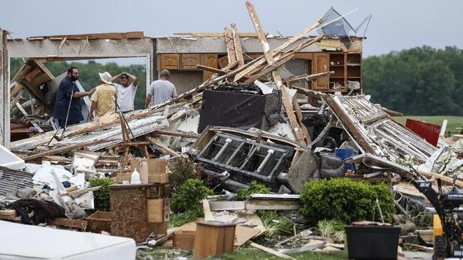 Begitu kencang angin yang dibawa tornado tersebut, sejumlah bangunan dilaporkan rata dengan tanah. (AP Photo/John Minchillo)