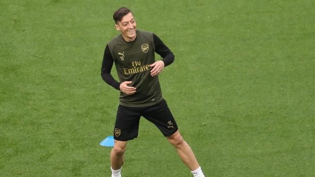 Suasana rileks juga dirasakan gelandangMesut Oezil. Pemain asal Jerman itu ingin mengantar Arsenal juara Liga Europa demi bisa ke Liga Champions musim depan. (REUTERS/Anton Vaganov)
