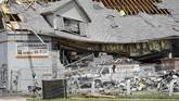 Menurut Badan Cuaca Nasional AS, tornado ini memutus aliran listrik bagi lima juta orang di Ohio. Keadaan ini akan mempersulit pergerakan di negara bagian itu, terutama saat banjir yang diperkirakan datang dalam waktu dekat. (AP Photo/John Minchillo)