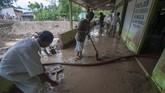 Sejumlah warga bergotong royong membersihkan Masjid Nurul Hidayah yang terendam lumpur akibat banjir bandang di Dusun 1 Desa Bangga, Kecamatan Dolo Selatan, Kabupaten Sigi, Sulawesi Tengah, Selasa (28/5). (ANTARA FOTO/Basri Marzuki/pras).