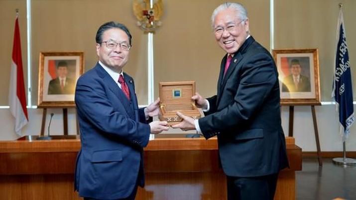 Menteri Perdagangan Enggartiasto Lukita siang tadi menerima kunjungan Menteri Ekonomi, Perdagangan dan Industri (METI) Jepang Hiroshige Seko di kantornya.