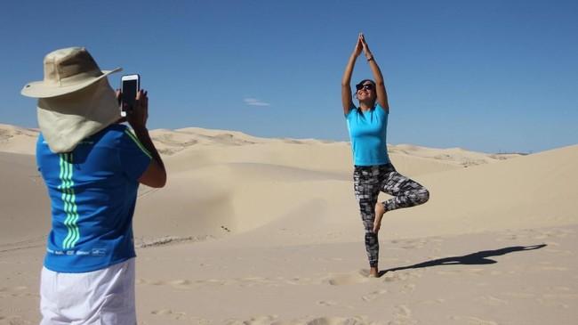 Bagi warga lokal, area padang pasir selalu menjadi oase, tempat di mana mereka mencari kesenangan. (Photo by Herika MARTINEZ / AFP)