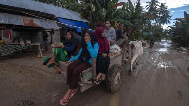Banjir bandanginiadalah yang ketiga kalinya sejak 28 April lalu yang menerjang dusun 2 dan 3. Setelah didera bencana berulang kali, pemerintah setempat menyatakan butuh waktu yang cukup lama agar wilayah itu layak huni kembali. (ANTARA FOTO/Basri Marzuki/pras).