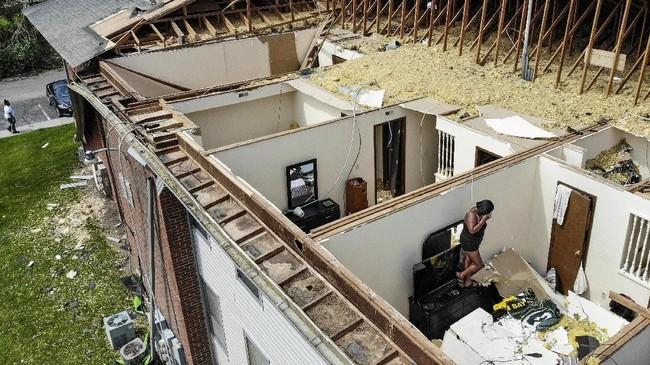 Sejumlah warga mengaku sangat ketakutan ketika berlindung di dalam rumah, apalagi setelah mendengar bahwa tornado itu sudah menelan satu korban jiwa. (AP Photo/John Minchillo)