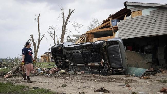 Menurut Hazel, pria itu tewas karena tertimpa satu mobil yang terhempas angin tornado di depan rumahnya di daerah Celina. (AP Photo/John Minchillo)