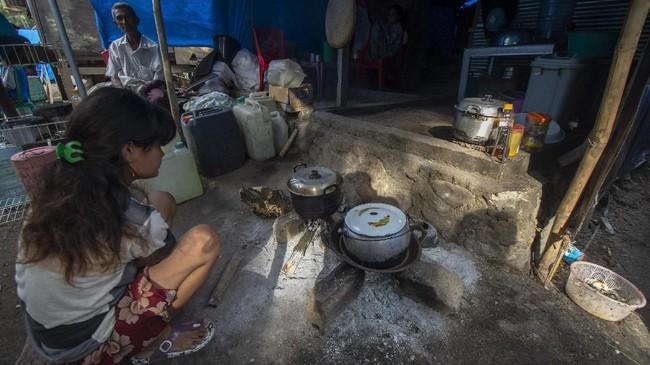 Pengungsi korban banjir bandang beraktivitas di tendanya di Desa Bangga, Kecamatan Dolo Selatan, Kabupaten Sigi, Sulawesi Tengah, Selasa (28/5). (ANTARA FOTO/Basri Marzuki/pras).