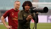 Seperti Ruediger di Chelsea,gelandang Arsenal Mohamed Elnenyjuga memanfaatkan waktu di sesi latihan untuk belajar merekam gambar. (REUTERS/Maxim Shemetov)