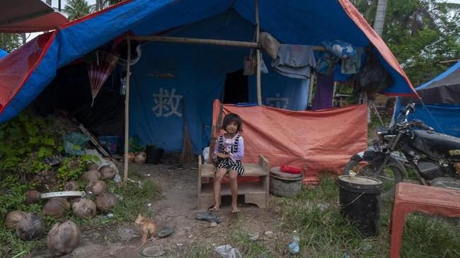 Seorang anak korban banjir bandang berada di tenda pengungsian di Desa Bangga, Kecamatan Dolo Selatan, Kabupaten Sigi, Sulawesi Tengah, Selasa (28/5). (ANTARA FOTO/Basri Marzuki/pras).