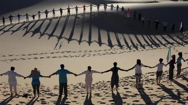 Yoga yang dilakukan di alam bebas dapat membangkitkan suasana secara alami. (Photo by Herika MARTINEZ / AFP)