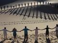 FOTO: Sunyi Meditasi Beralas Padang Pasir