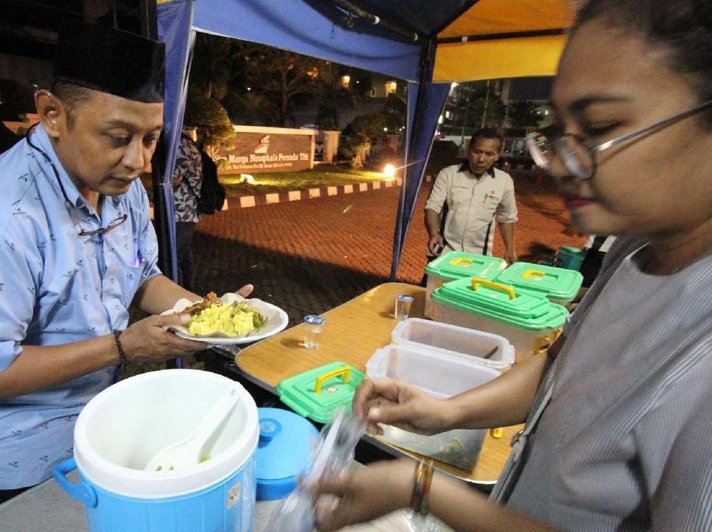 Dalam kegiatan yang berlangsung sejak 8 Mei 2019 pada bulan Ramadan ini setidaknya terdapat 150 porsi makanan setiap harinya bagi umat muslim yang hendak berbuka puasa.