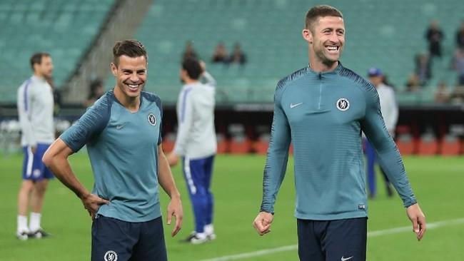 Kapten Chelsea Cesar Azpilicueta (kiri)dan bek tengah Gary Cahill tersenyum di latihan terakhir. Final nanti jadi yang kedua bagi Chelsea di Liga Europa.(REUTERS/Aziz Karimov)