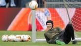 KiperArsenal Petr Cech bersantai di bawah mistar gawang saat latihan di Stadion Olimpiade Baku. Di Liga Europa musim ini Cech kebobolan 7 kali dengan clean sheet 6 kali. (REUTERS/Maxim Shemetov)