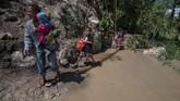 Banjir juga mengakibatkan putusnya jalan yang menghubungkan dengan empat kecamatan lainnya di kabupaten itu. (ANTARA FOTO/Basri Marzuki/wsj).